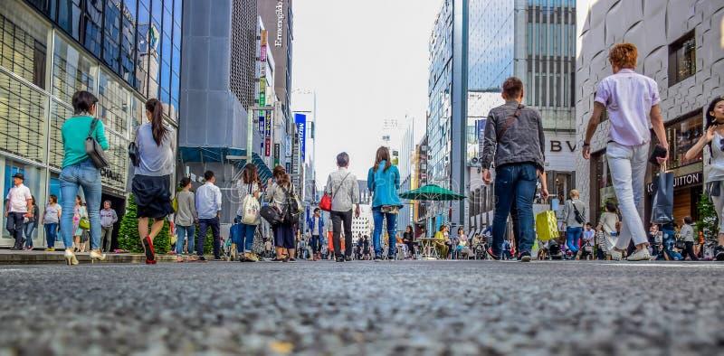 TOKYO, JAPON - MAI 2016 : Les gens passant leur temps visitant la rue de Ginza, une zone d'atelier très populaire de Tokyo, penda photographie stock