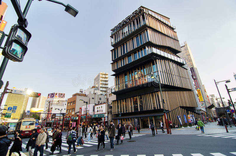 Tokyo, Japon - 21 novembre 2013 : Touristes non identifiés autour de centre de touristes de culture d'Asakusa photographie stock libre de droits