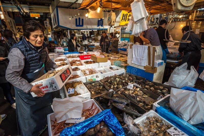 TOKYO, JAPON - novembre, 22, 2014 : Vendeurs de fruits de mer chez Tsukiji, t photos libres de droits