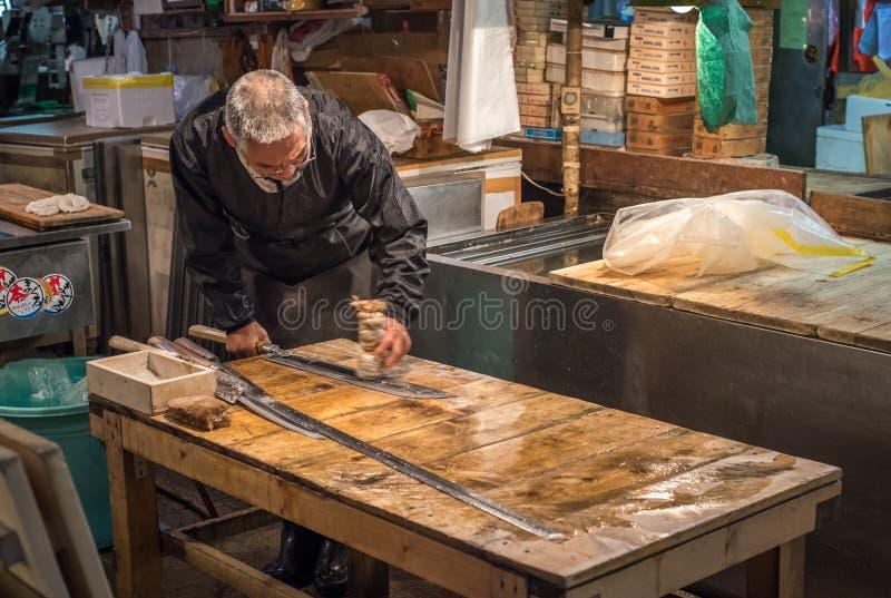 TOKYO, JAPON - novembre, 22, 2014 : Vieil homme japonais avec le couteau image stock
