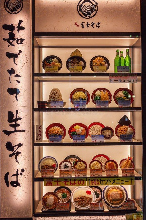 Tokyo, Japon, 04 04 2017 Un étalage élégant avec des modèles de nourriture japonaise à l'entrée au restaurant images stock