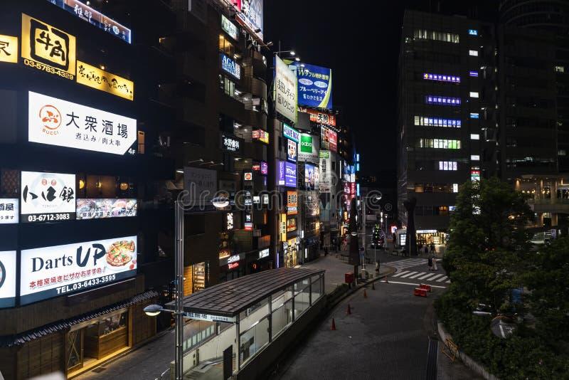 TOKYO, JAPONIA - 16 sierpnia 2019 : Restauracje i Izakaya przed dworcem Shinagawa w nocy fotografia stock