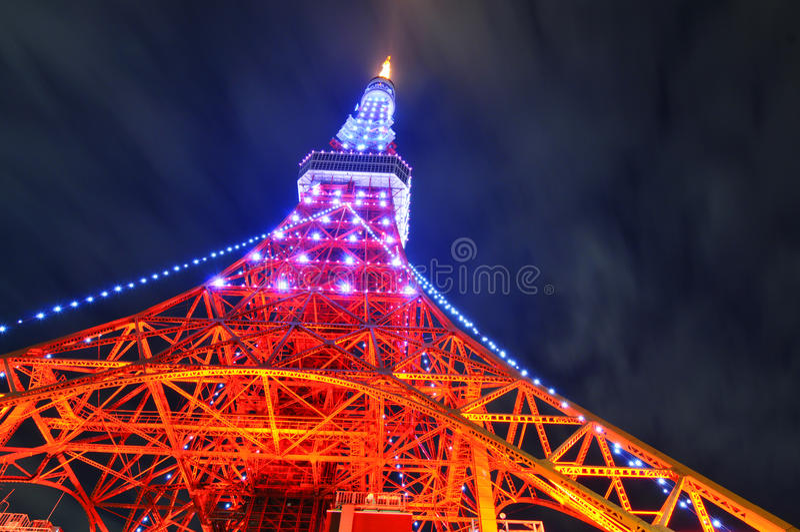 Tokyo-Kontrollturm nachts lizenzfreie stockbilder