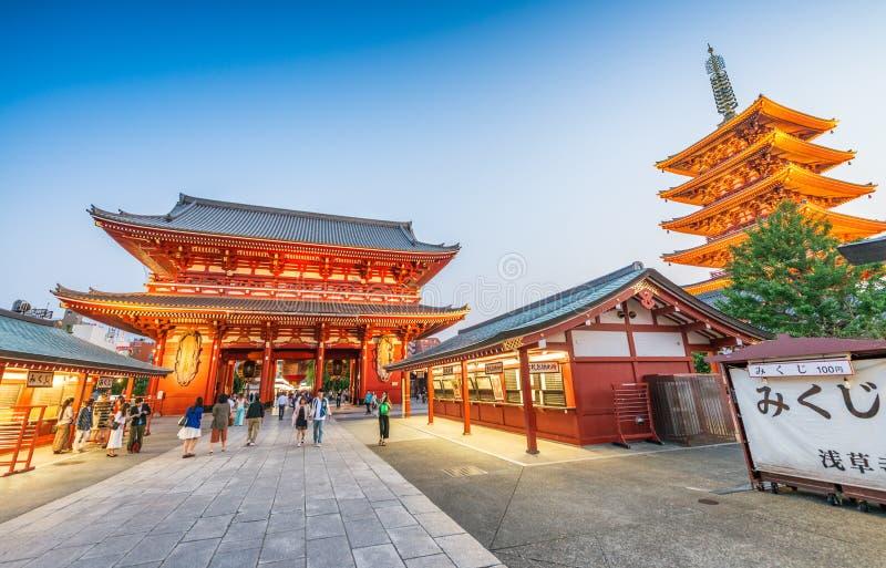 TOKYO - 22. MAI 2016: Touristenbesuch Senso-jitempel in Tokyo, J stockfotos