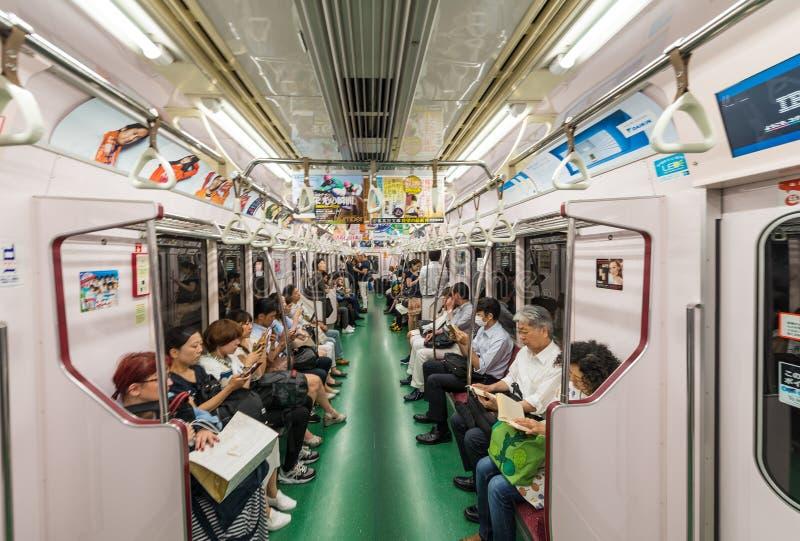 TOKYO - MEI 23, 2016: Mensen op een stadsmetro De metro is t royalty-vrije stock foto's