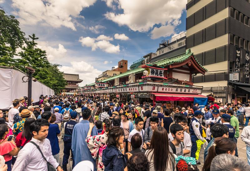 Tokyo - Mei 18, 2019: Sanja Matsuri Festival-menigte in Asakusa, Tokyo, Japan royalty-vrije stock fotografie