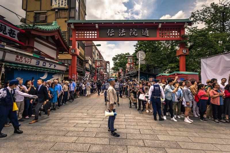 Tokyo - Mei 18, 2019: Sanja Matsuri Festival-menigte in Asakusa, Tokyo, Japan stock foto's