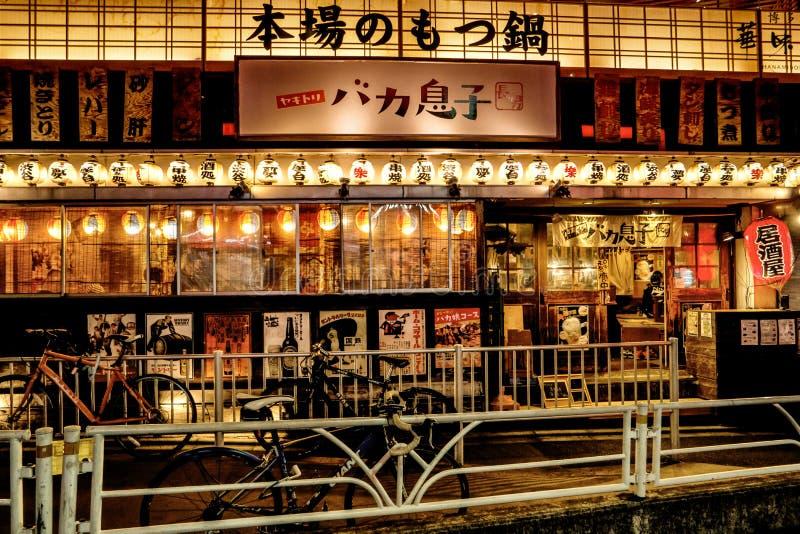 Tokyo - Nachtstraßenansicht mit belichtetem gastropub Shibuya stockbilder