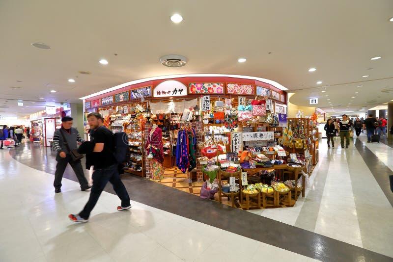 Tokyo: Narita luchthaven na immigratiecontrole op kleinhandelsgebied stock afbeeldingen