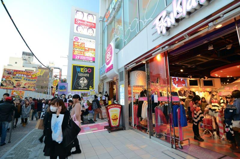 TOKYO - 24 NOV.: Mensen, meestal kereltjes, gang door Takeshi royalty-vrije stock foto's