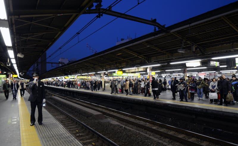 TOKYO - 23 NOV.: spitsuur bij het Shinjuku-station royalty-vrije stock foto