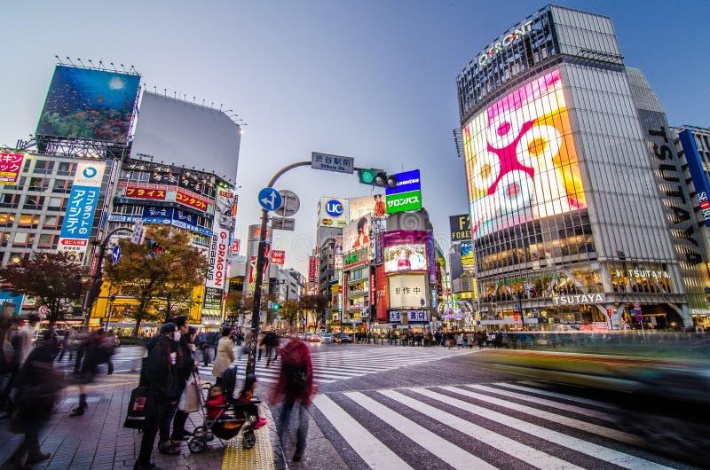 TOKYO - NOVEMBER 28: Gångare på den berömda korsningen av Shibuy royaltyfri bild
