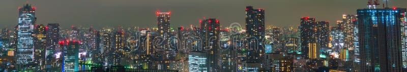 TOKYO - NOVEMBER 26: Tokyo tänder upp horisonten på NOVEMBER fotografering för bildbyråer