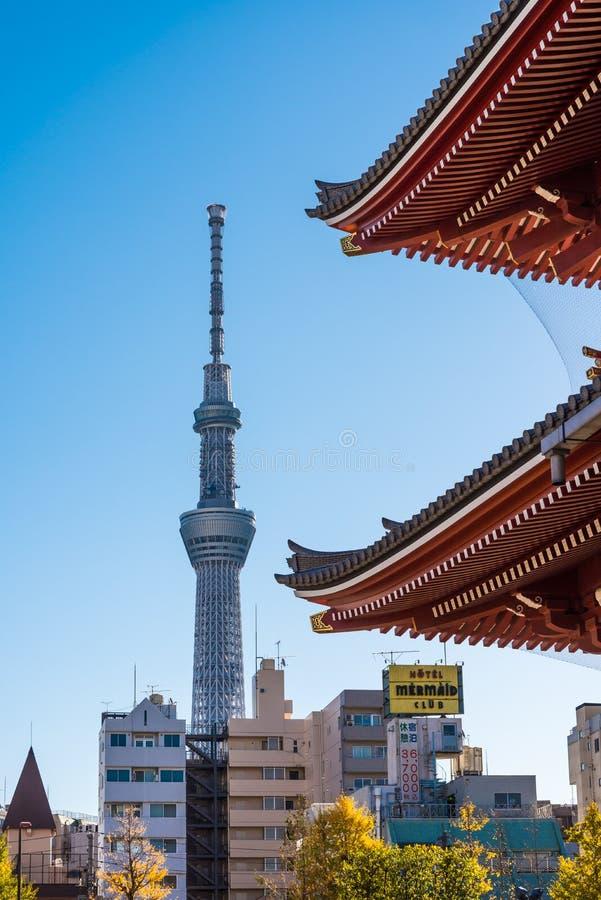 Tokyo Skytree och Sensoji vikarier royaltyfria foton