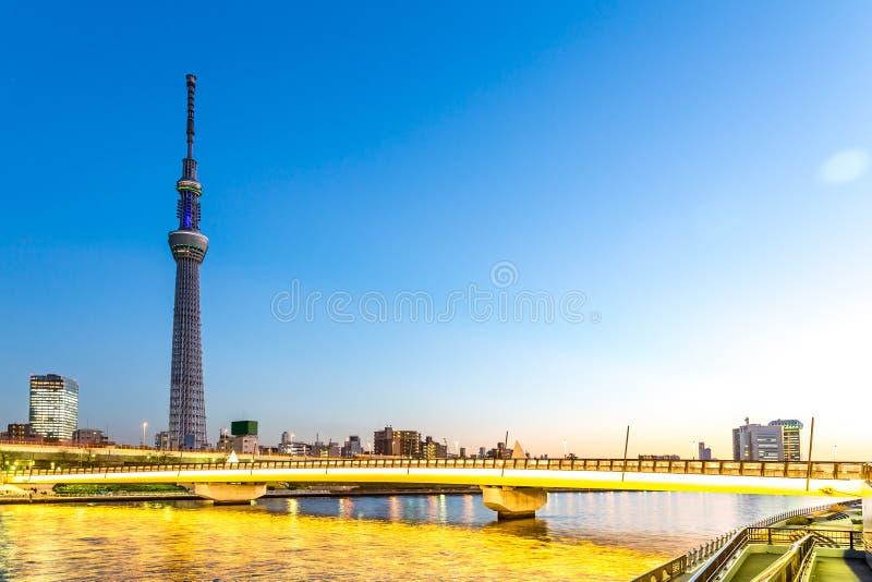 Tokyo-skytree und Brücke in der Dämmerung Tokyo lizenzfreie stockfotografie