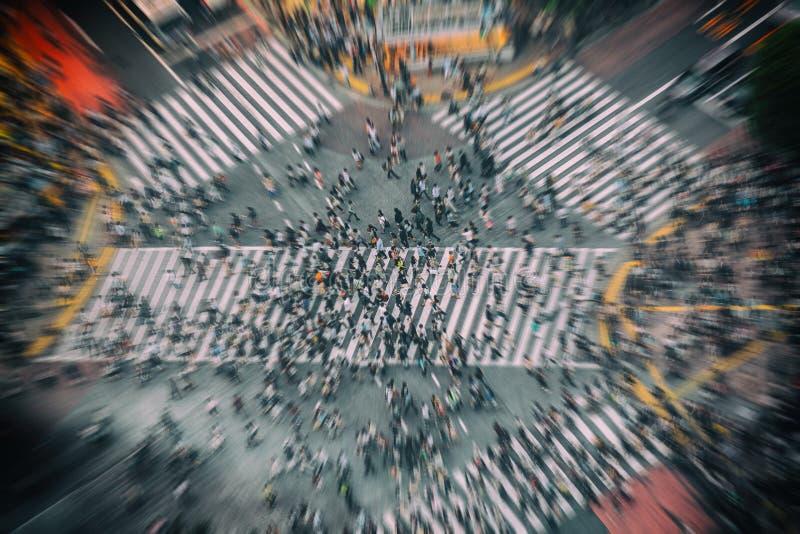 Tokyo stadsShibuya korsning, folkmassa av upptaget folk som in går på den flyg- bästa sikten för gataövergångsställe av den mest  royaltyfri foto