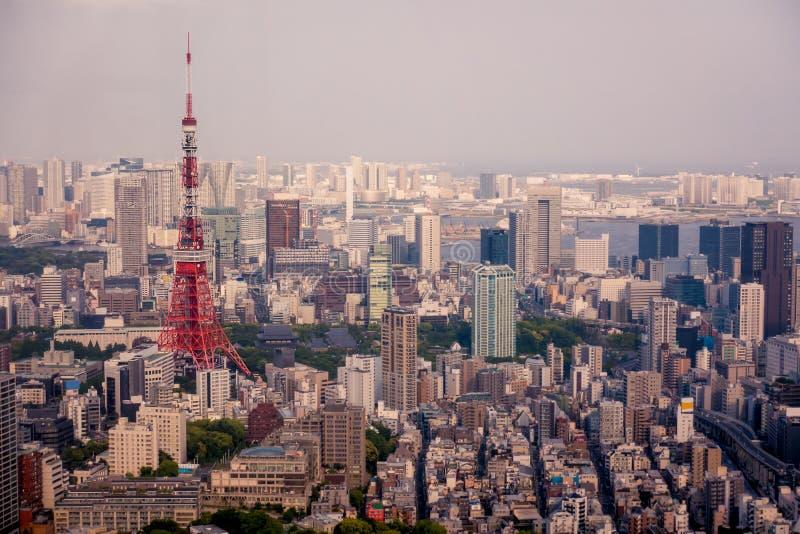 Tokyo-Turm in der Mitte der Stadtvogelperspektive lizenzfreie stockfotografie