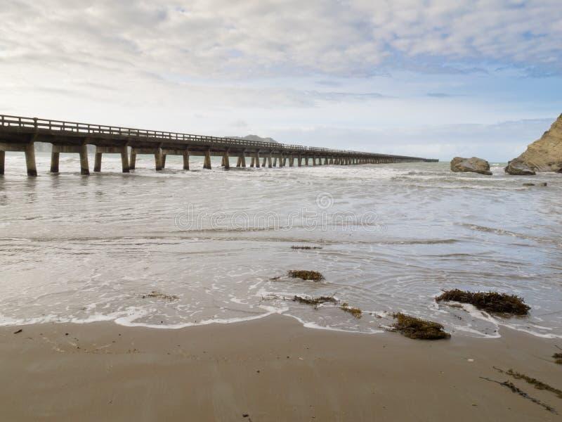 Tolaga Trzymać na dystans nabrzeże długi molo Nowa Zelandia obraz stock