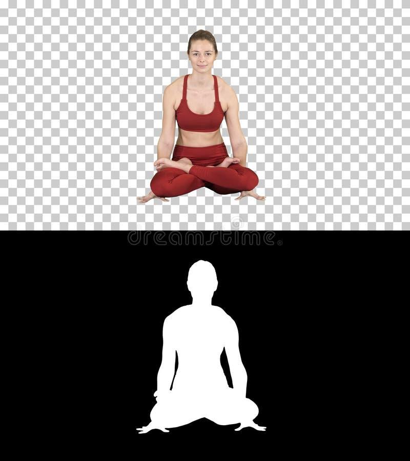 Tolasana o mujer hermosa de la actitud de la escala hacer la postura de la elevación del brazo de la yoga que se sienta, Alpha Ch fotos de archivo