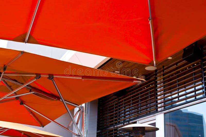 Toldo alaranjado brilhante moderno com tubo de aço inoxidável fotografia de stock