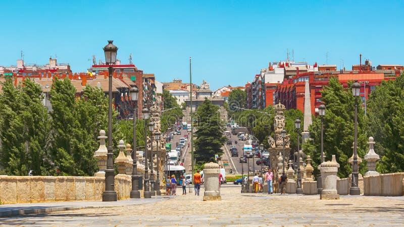 Toledo bro och Toledo gata i Madrid royaltyfria bilder