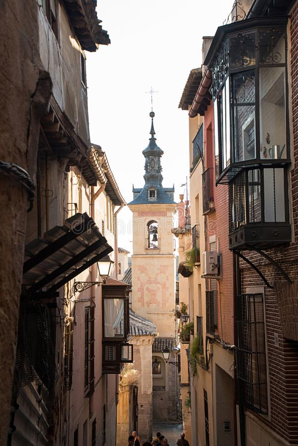 Toledo, Castilla-La Mancha, Espanha Cidade medieval velha, rua estreita, igreja fotografia de stock royalty free