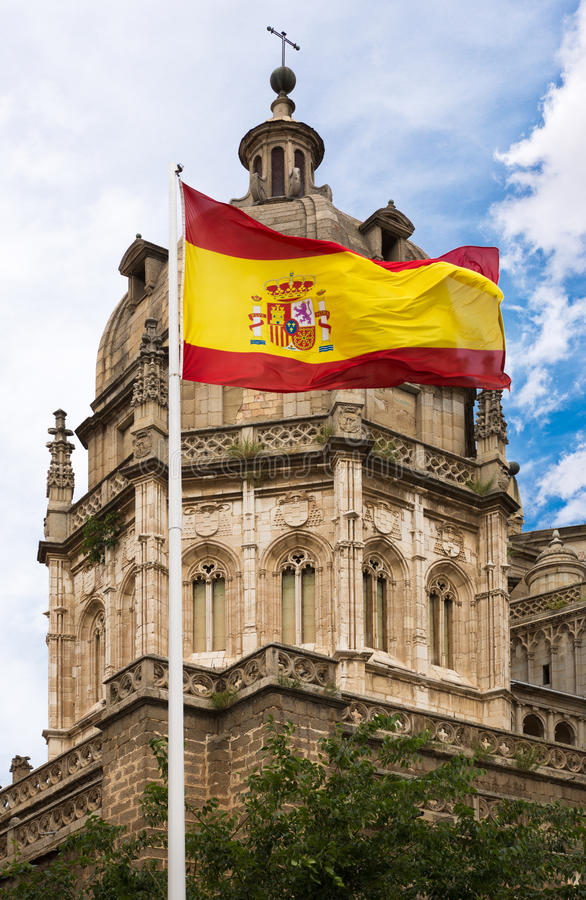 Toledo Cathedral con la bandera española imagenes de archivo