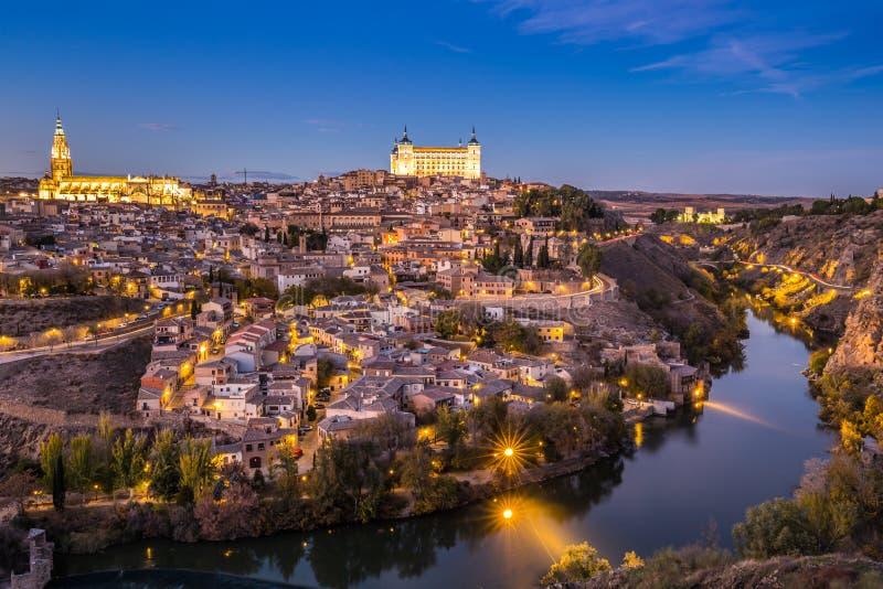 Toledo Cityscape com o Alcazar no crepúsculo na Espanha do Madri imagens de stock