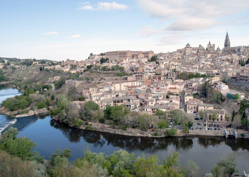 Toledo dat door rivier wordt omringd stock foto