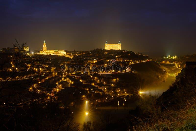 Toledo en la noche y de niebla foto de archivo