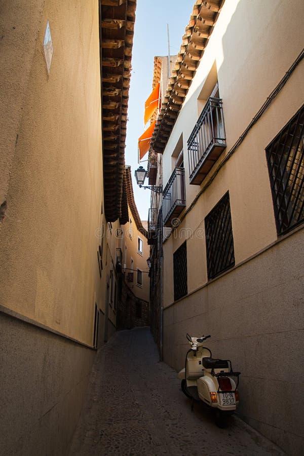Toledo, los angeles Mancha, Hiszpania Stary średniowieczny miasteczko, wąska ulica, motocykl obraz stock