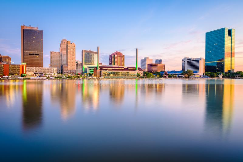Toledo, Ohio, EUA Skyline no rio foto de stock