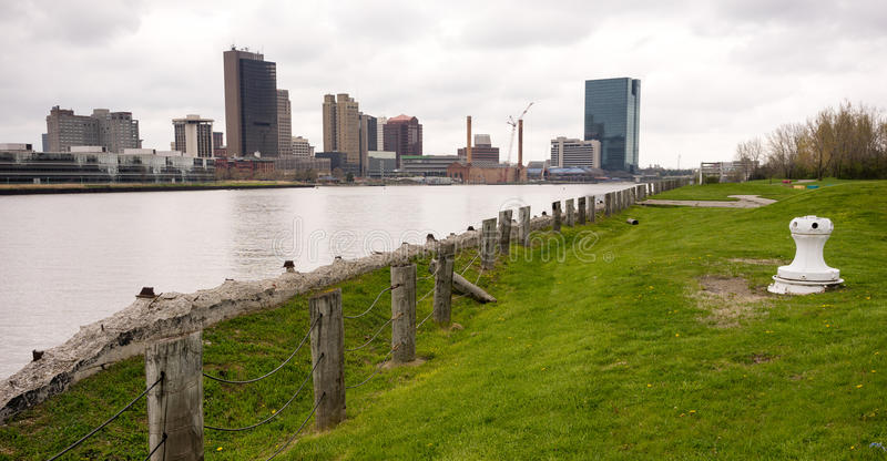 Toledo Ohio Waterfront Downtown City horisontMaumee flod fotografering för bildbyråer