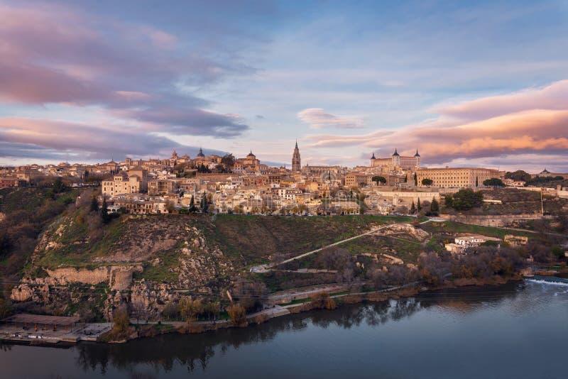 Toledo Spanien gammal stadhorisont på soluppgång arkivbild