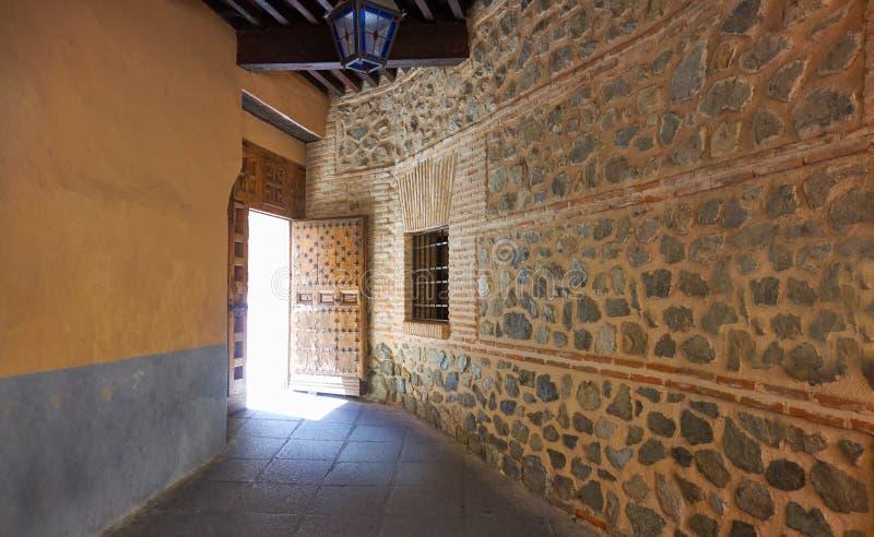 Toledo-Tür zu Juderia-Barrio in Spanien lizenzfreies stockfoto