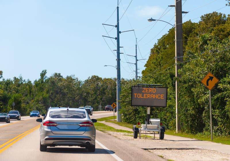 Tolerância zero escrita em um sinal de estrada móvel posto solar em chaves de Florida fotografia de stock
