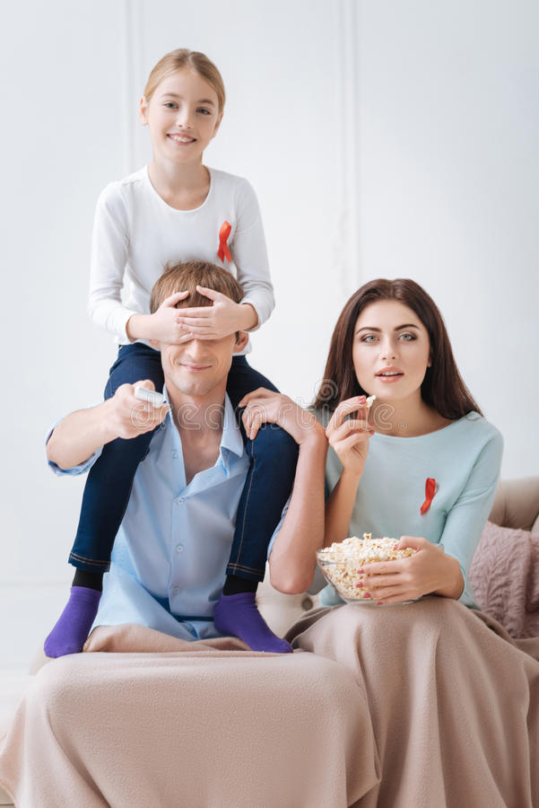 Tolerancyjna szczęśliwa rodzina wydaje czas wpólnie obrazy royalty free