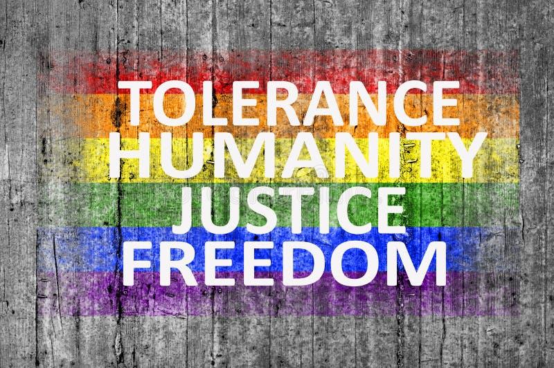 Toleranz, Menschlichkeit, Gerechtigkeit, Freiheit und LGBT-Flagge gemalt auf konkreter Beschaffenheit stockfoto