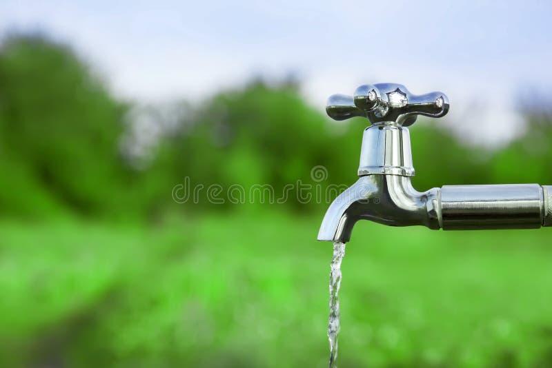 Tolga l'acqua dal rubinetto del metallo fotografie stock libere da diritti