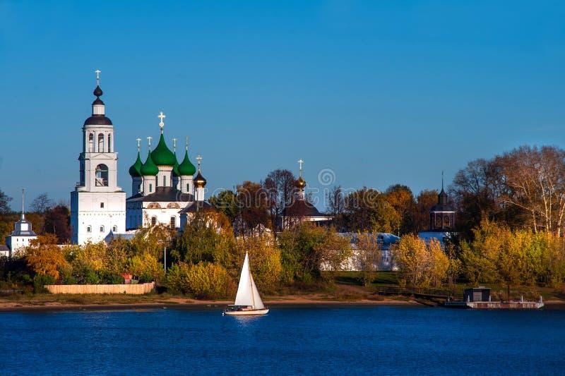 Tolga Monastery em Yaroslavl no rio Volga fotografia de stock royalty free