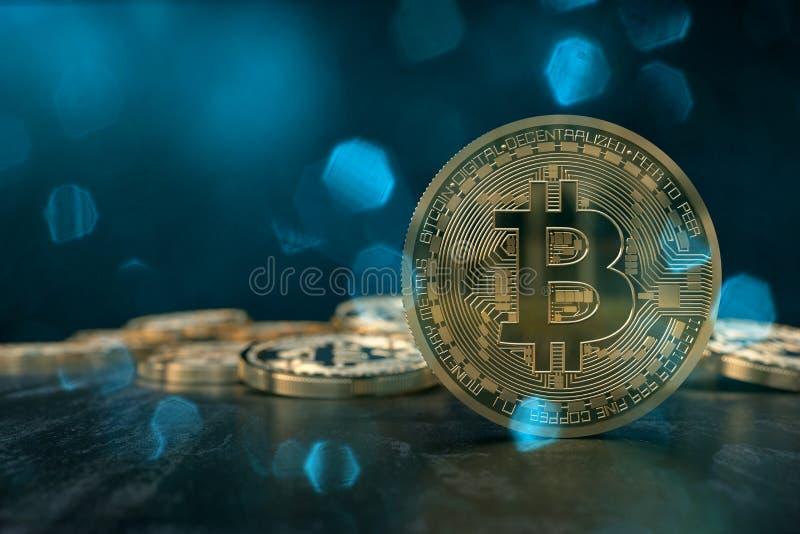 tolkningen 3D från ett crypto valutamynt med den blåaktiga linsen blossar royaltyfri foto