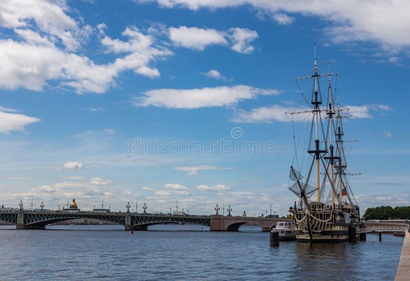 Tolleranza della fregata attraccata sull'argine di Petrovskaya St Petersburg La Russia fotografie stock