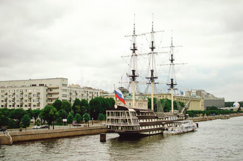 Tolleranza della fregata sul fiume di Neva a St Petersburg immagini stock