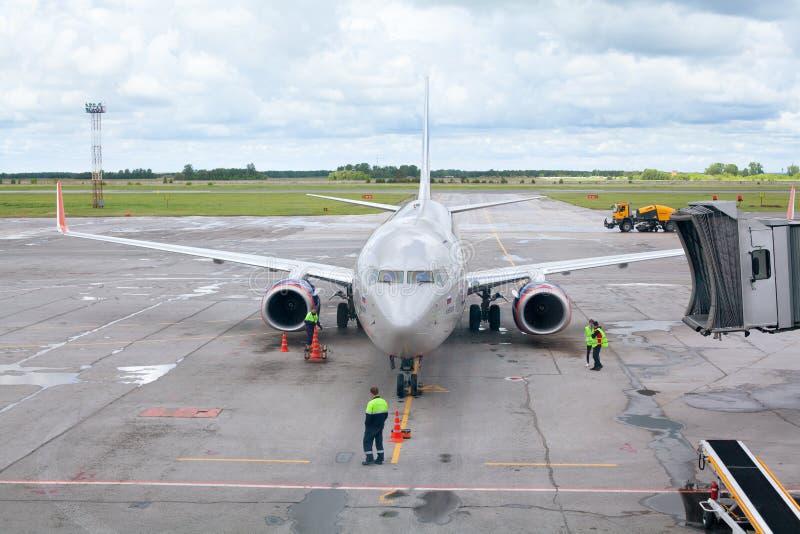 Tolmachevoluchthaven, grond de behandelingsdiensten van vliegtuig Boeing 737-800 dat na N wordt genoemd Leskov, de Luchtvaartlijn royalty-vrije stock fotografie