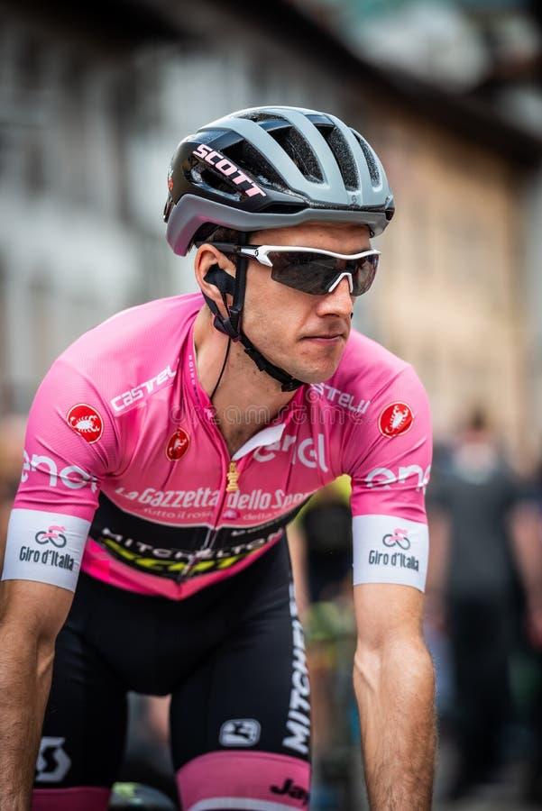 Tolmezzo, Italia 20 maggio 2018: Simon Yates, gruppo di Mitchelton-Scott, nei movimenti rosa del jersey dal bus alle firme del po immagine stock