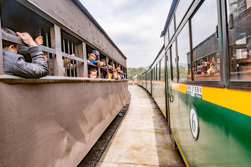 Tolo do estreito-calibre do vapor de suportes locais dos povos pelos transportes do trem do turista foto de stock