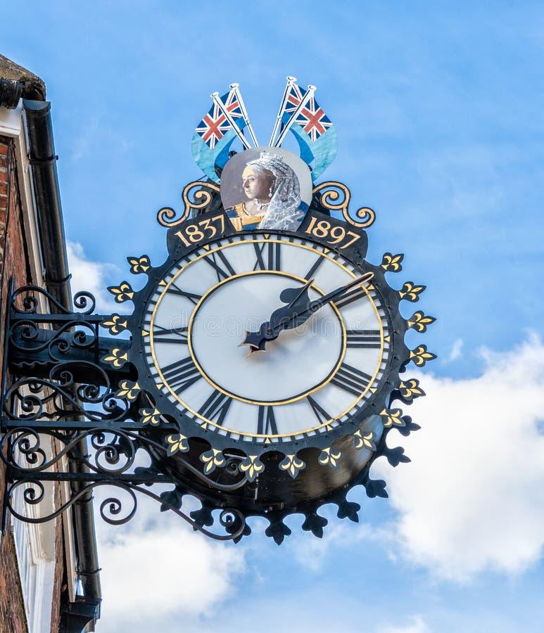 Tolsey时钟在边缘,格洛斯特郡下的Wotton 库存图片