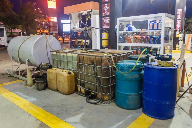 TOLU COLOMBIA - AUGUSTI 31, 2015: Olika bensinbehållare på en bensinstation i Tol fotografering för bildbyråer