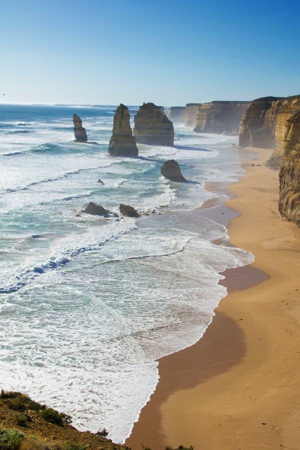 Tolv apostlar sätter på land och vaggar i Australien, Victoria, härligt landskap av den stora havvägkustlinjen arkivfoto