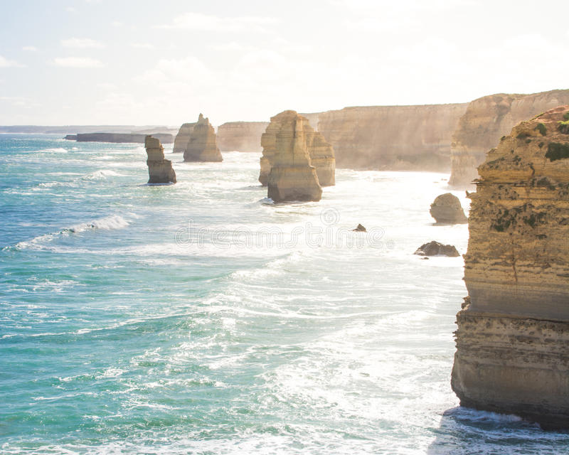 Tolv apostlar vaggar bildande i havet längs den stora havvägen, Victoria, Australien royaltyfri fotografi